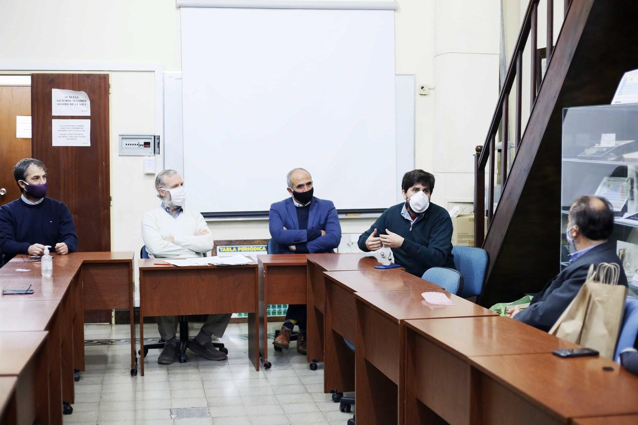 Autoridades de Gisens y de la UNLP en la presentación del dispositivo de medición portátil (archivo)